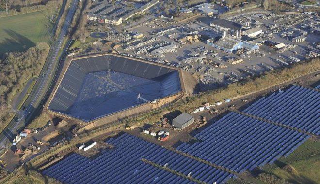 Der 200.000 Kubikmeter Wasser fassende Erdbeckenspeicher in Voljens/Dänemark, nebst der ihn erwärmenden Solarthermieanlage. Foto: Acron-Sunmark