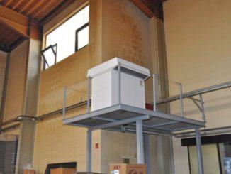 """Wo die warme Abwärme hinströmt, wird diese von der Wärmepumpe """"geerntet"""" - nämlich in einer Höhe von vier Metern in einer Produktionshalle. Foto: Stiebel Eltron"""