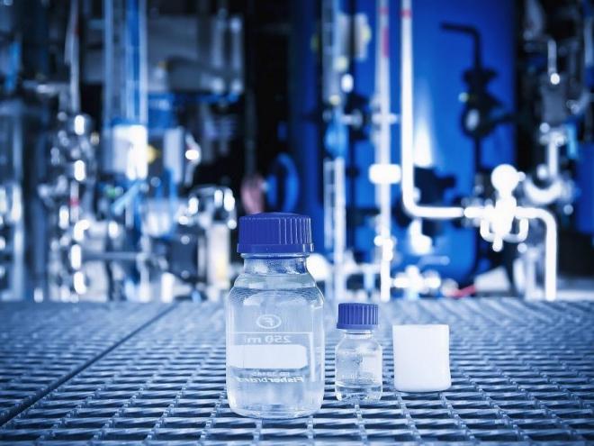 Blue Crude ist ein kristallklares, flüssiges Gemisch aus unterschiedlichen Kohlenwasserstoffketten. Es dient als Ausgangsstoffe für die Chemie-Industrie oder per Raffination zur Gewinnung von Brennstoffen. Foto: sunfire / renedeutscher.de