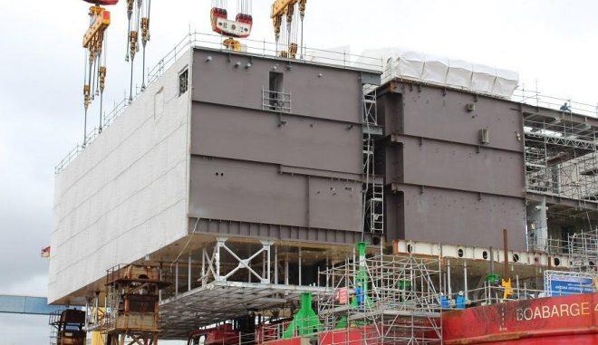 Montage einer Umspannstation für einen Offshore-Windpark. Diese Umspannstation ist – im Gegensatz zur bisherigen Praxis – unbemannt. Auch das spart zukünftig Kosten. Foto: Urbansky