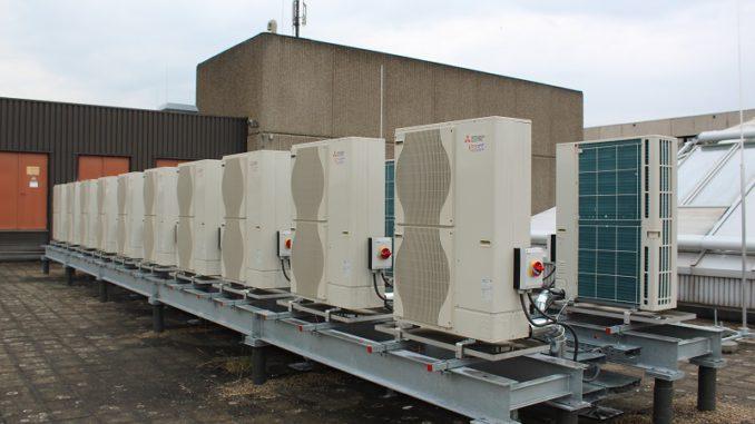Vier Kaskaden mit Luft-Wasser-Wärmepumpen beheizen und Kühlen ein Einkaufszentrum in Rheydt. Foto: Urbansky