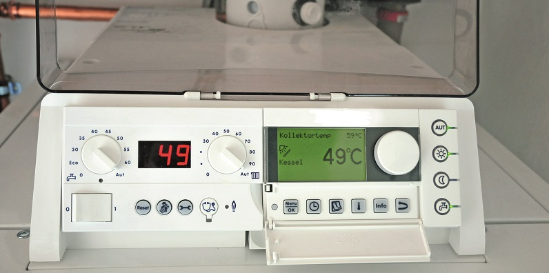 Die Solarthermie sorgt dafür, dass in den Sommer- und Übergangsmonaten fast kein Heizöl verbraucht wird. Ein benutzerfreundliches Steuerungsmodul stellt Raumsolltemperatur und solare Heizungsunterstützung einfach und übersichtlich ein. Foto: IWO