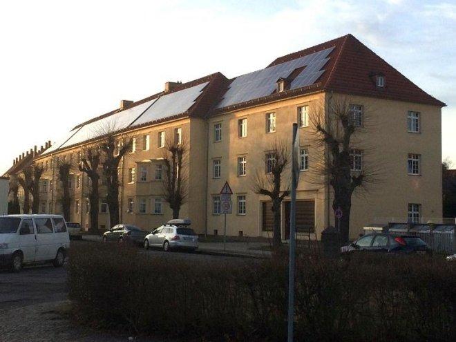 PV-Anlagen bei einer Dachsanierung gleich mit installieren und damit Mieterstrommodelle möglich machen, ist eine der Szenarien, mit denen die Energiewende in den eigenen vier Wänden gelingen kann. Foto: Urbansky