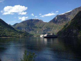 Zwei Kreuzfahrtschiffe in einem norwegischen Fjord. Foto: FeWo-direkt