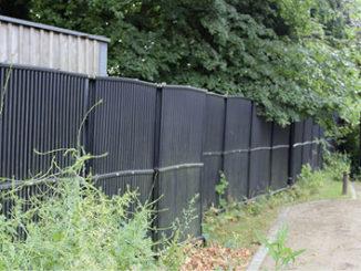 Dieser Zaun aus Solarabsorbern regeneriert den Eisspeicher. Die Wärmepumpe kann aber zu Heizzwecken auch direkt darauf zugreifen. Foto: Urbansky