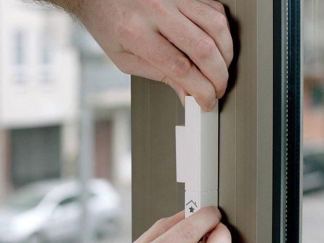 Anbringen eines Sensors, der das Ankippen des Fensters registriert und daraufhin ein Signal zur Ausschaltung der Heizung sendet. Foto: innogy