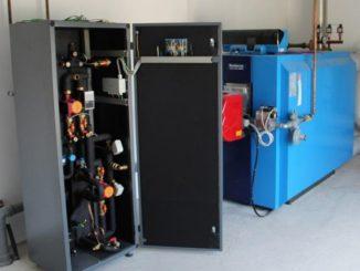 Wärmenetze, links eine Übergabestation für ein Einfamilienhaus, können im Zuge der Wärmewende einen Beitrag zur Kohlendioxid-Reduzierung leisten. Foto: Urbansky