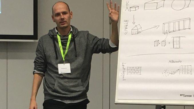 Christian Keil erläutert den Bau eines Strohballenhauses. Foto: Urbansky