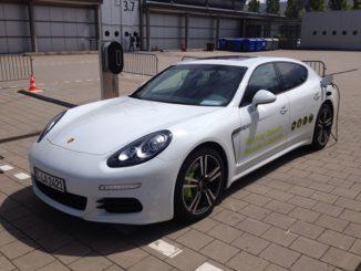 Ein Porsche an der Stromzapfsäule – ein Anblick, an dem man sich gewöhnen muss. Foto: Urbansky