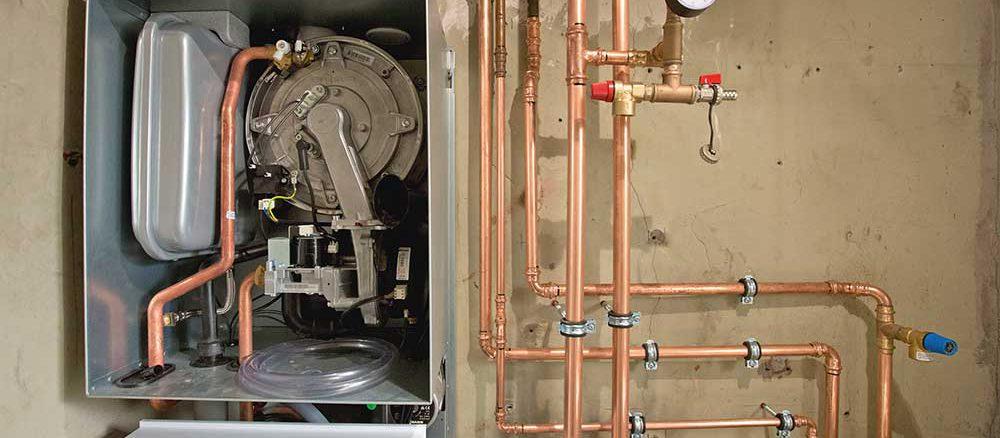 Wird ein neuer Heizkessel eingebaut, sollten auch die Rohrleitungen überprüft werden. Eine Dämmung der Heizungsrohre ist auch im Bestand bei Sanierungen Pflicht. Foto: ZVSHK