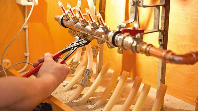 Beim Umstieg auf eine Wärmepumpe sind Flächenheizungen besser geeignet. Foto: ZVSHK
