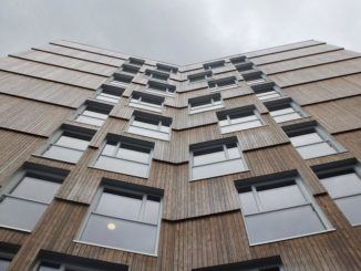 Fertigteil-Fassaden aus Holz dämmen nicht nur, sondern können auch mit einer Holzverkleidung sehr gut aussehen. Foto: Pro Holz Austria