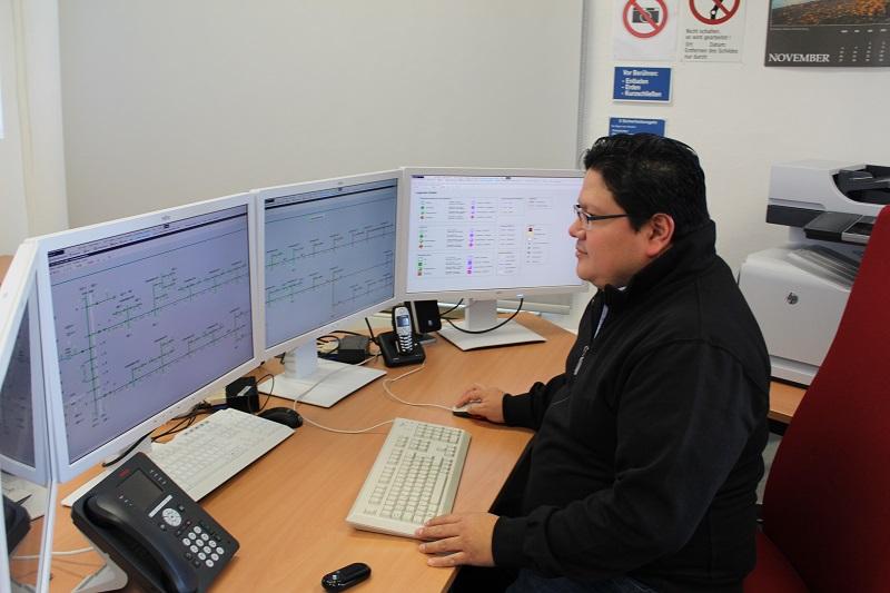 Havarietrainer Pedro Moreno an der Leitwarte, an der die Havariefälle simuliert werden. Foto: Urbansky