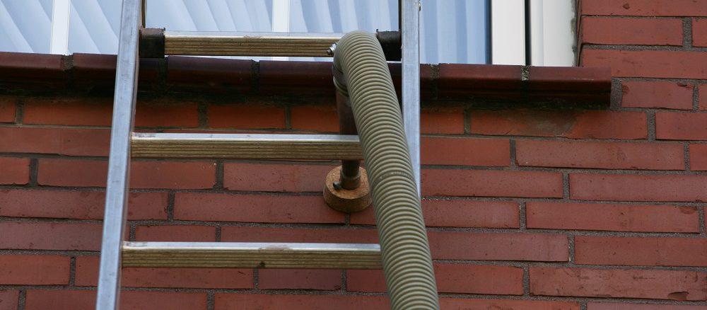 Die Einblasdämmung ist ein probates Mittel, um zweischalige Mauerwerke sinnvoll zu dämmen. Doch das Verfahren birgt auch Gefahren. Foto: Ecobfibre