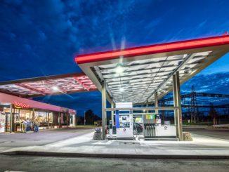 Transparente Dächer und eine Beleuchtung, die sich abends nur dann anschaltet, wenn ein Wagen vorfährt, sorgen für einen sparsamen Betrieb. Foto: Total / Frank Rumpenhorst