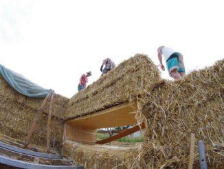 Bau eines Hauses, bei dem die Strohballen die tragende Konstruktion darstellen. Foto: Christian Keil / Strawalz.de