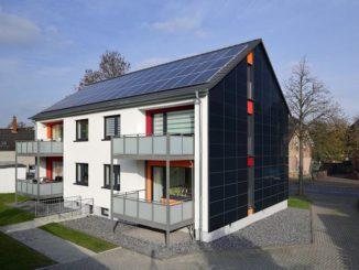 90 Photovoltaik-Elemente an Dach und 170 Fassadenelemente erzeugen am Bottroper Plusenergiehaus mehr als 22.200 Kilowattstunden Strom jährlich. Vivawest