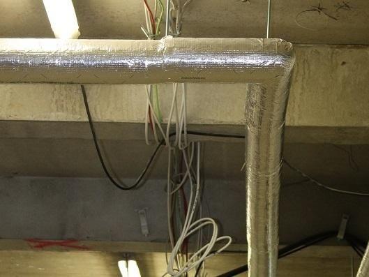 Heizungsrohre lassen sich wie hier beispielsweise mit einer Ummantelung mit Mineralwolle effektiv und mit geringen Investitionskosten dämmen. Foto: Urbansky