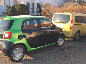 Auch das Laden eines E-Autos wude bei der Auslegung der PV-Anlage und des Batteriespeichers für mehr Autarkie mit berücksichtigt. Foto: Urbansky