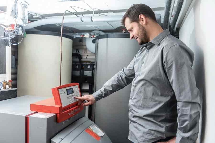 Mit der Einführung der Brennwerttechnik wurde die Verwendung von HEL schwefelarm notwendig, um Schäden durch stark säurehaltiges Kondensat zu vermeiden. Bild: IWO