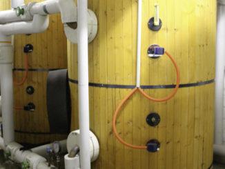 Müssen garantiert regelmäßig auf Legionellen und andere Keime geprüft werden: zwei 2000-l-Speicher einer Großanlage zur Trinkwassererwärmung. Foto: Urbansky