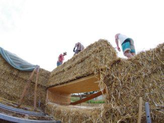 Beim Strohballenbau werden an den Plätzen für Fenster und Türen Holzrahmen eingelassen. Foto: Christian Keil / strawalz