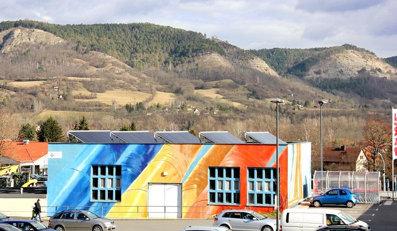 Die Solaranlage auf einer Fernwärmestation der Stadtwerke Jena könnte zwei Einfamilienhäuser komplett versorgen. Errichtet wurde sie vor allem für Testzwecke. Foto: Stadtwerke Jena