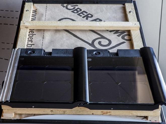 Die Dachpfanne verbindet Solarthermie und Photovoltaik. Verlegt wird sie wie ein ganz normaler Dachziegel. Foto: Rheinenergie