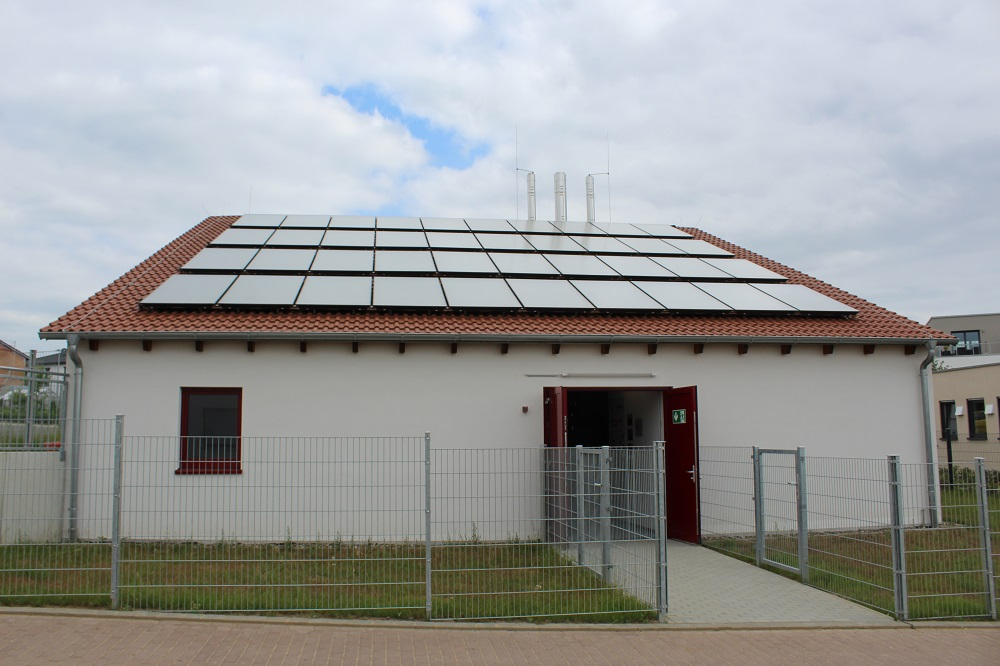 Fenwärmestation mit Solarabsorbern zur Regeneration des Wärmenetzes. Fotos: Urbansky