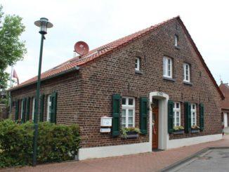 Die Förderung der energetischen Sanierung, wie hier bei einem mehr als 200 Jahre alten Haus, ist zu kompliziert. Experten fordern eine einfache, steuerliche Abschreibung. Foto: Urbansky