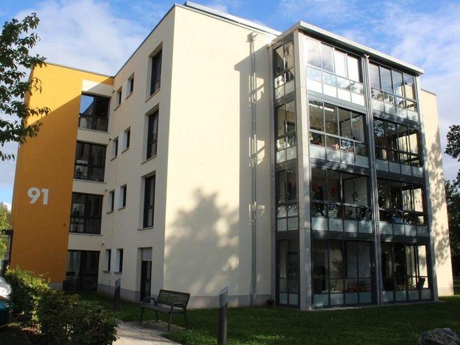 Fensterfront an einem Passivhaus. Um die Sonnenenergie optimal zu nutzen, wird eisenarmes Fensterglas verwendet. Foto: Urbansky