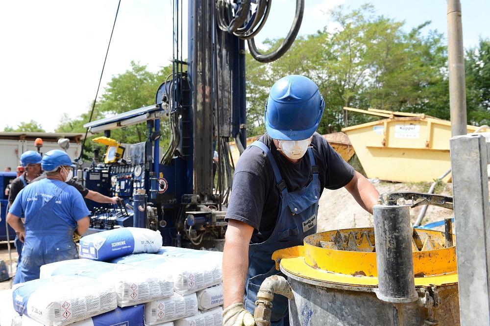 Sachgerechtes Abdichten der Bohrung mit Spezialmischungen verhindert Schäden am Grundwasser. Foto: BWP