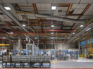 Mit LEDs ausgerüstete Produktionshalle. Die Energieeinsparungen betrugen gut 70 Prozent und amortisierten nach wenigen Monaten die Investition. Foto: Waldmann