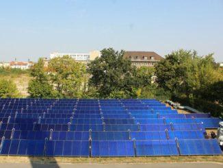 Solarthermie, wie hier als Quelle für ein Wärmenetz, ist zumindest in dicht besiedelten Regionen für die Wärmewende eine Alternative zu Lösungen mit Überschussstrom. Foto: Urbansky