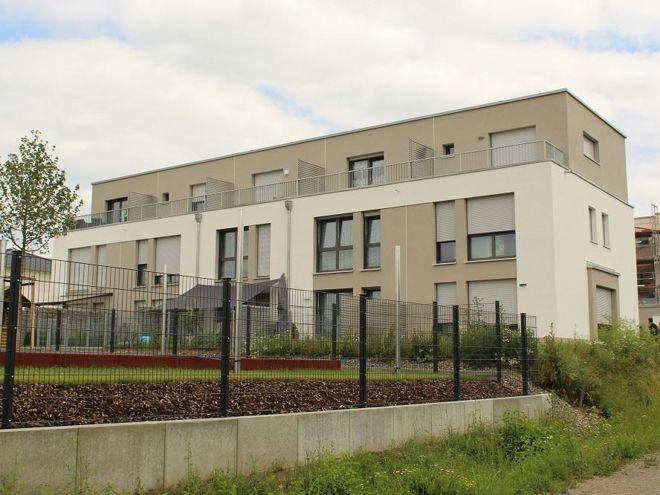 """Dieses Mehrfamilienhaus in Haßfurt wird schon mittels """"vorgeheiztem"""" kalten Wärmenetz versorgt. Foto: Urbansky"""