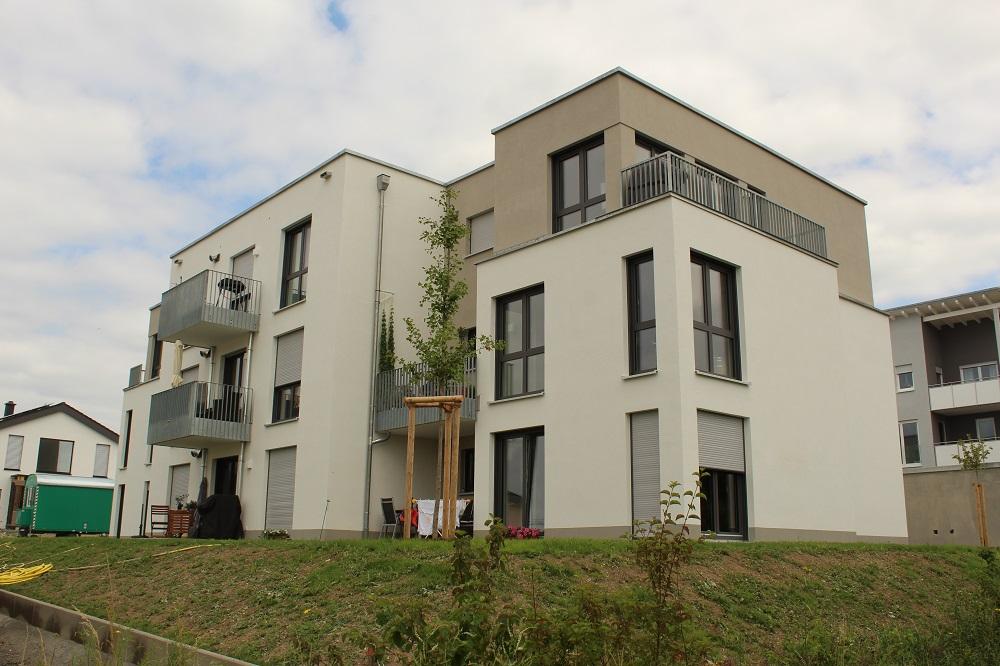Mehrere dieser Wohngebäude werden in Haßfurt mittels eines kalten Wärmenetzes versorgt. In jedem Gebäude erzeugt eine Wärmepumpe die nötigen Betriebstemperaturen. Foto: Urbansky