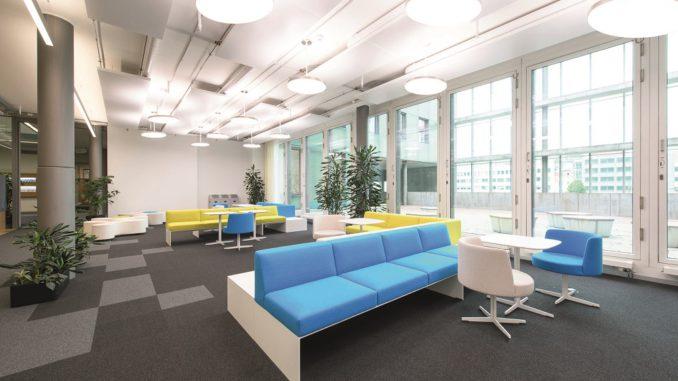 Die Nachbildung von Tageslicht und insgesamt natürliche Lichtverhältnisse fördern das Wohlbefinden der Mitarbeiter. Foto: Waldmann