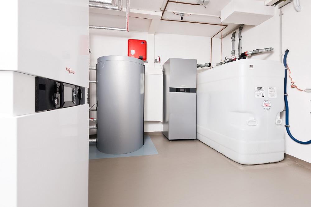 Heizungskeller des Innovationshauses in Wolfhagen: (v. l.): Hybridgerät, Warmwasserspeicher, Stromspeicher sowie der Tank für Heizöl und neue flüssige Brennstoffe. Foto: IWO